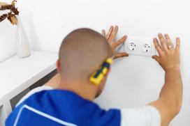 Gniazdka elektryczne - rodzaje, montaż, gniazdka natynkowe i puszkowe