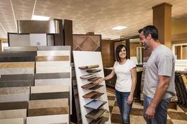 Wybieramy płytki podłogowe do salonu - ceny, właściwości i możliwości aranżacyjne