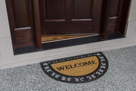 Proste sposoby na wyciszanie drzwi wejściowych i ich ocieplenie