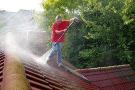 Mycie dachu krok po kroku - jak to zrobić samodzielnie?