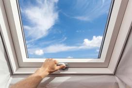 Montaż okna dachowego krok po kroku - zobacz, jak samodzielnie wstawić okno połaciowe