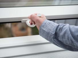 Moskitiery na okna dachowe - rodzaje, ceny, producenci, opinie, porady przy wyborze