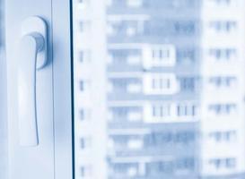 Folia na okna - lustro weneckie - zastosowanie, cena, prawidłowy montaż krok po kroku