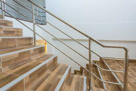 Jak dobrać płytki na schody i ile kosztuje ich ułożenie?