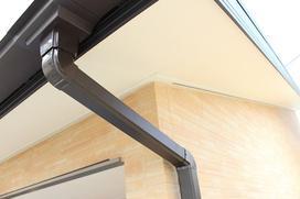 Podbitka dachowa - drewniana czy PCV? Cena, montaż i inne porady