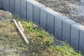 Palisada betonowa w ogrodzie - rodzaje, cena, wykonanie, porady