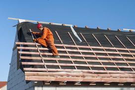 Deskowanie dachu a membrana - co lepsze na więźbę dachową?