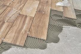 Płytki imitujące drewno – opinie, ceny, polecani producenci ceramiki drewnopodobnej