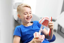 Cena piaskowania zębów 2021 - zobacz cenniki gabinetów dentystycznych w Twoim mieście