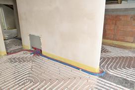 Ogrzewanie podłogowe czy grzejniki? Porównujemy najpopularniejsze metody ogrzewania domu