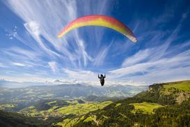 Cena skoku ze spadochronem 2021. Zobacz, ile kosztuje skok ze spadochronem?