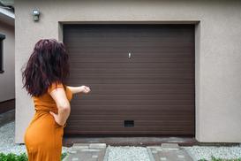 Drzwi garażowe bez tajemnic – rodzaje, ceny, opinie, wiodący producenci