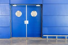 Drzwi wahadłowe – rodzaje, aranżacje, ceny, opinie, porady przy wyborze