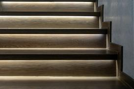 Dyskretne oświetlenie schodowe LED – jak to zrobić?