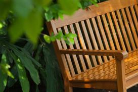 Ławka ogrodowa w twoim ogrodzie – jak dobrać ławkę do stylu ogrodowego?