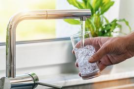 Wybieramy uzdatniacz wody do domu - rodzaje, ceny, opinie