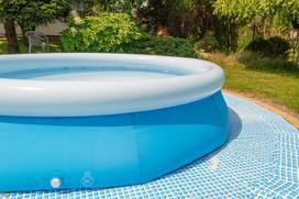 Dziurawy basen - jak szybko i tanio naprawić domową strefę relaksu?