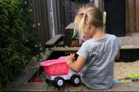 Jak zrobić piaskownicę ogrodową dla dziecka?