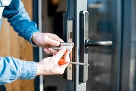 Wymiana zamka w drzwiach krok po kroku – praktyczny poradnik