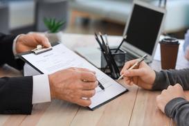 Umowa darowizny krok po kroku - jak przekazać darowiznę gotówki, nieruchomości czy samochodu