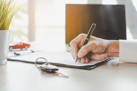 Umowa darowizny samochodu krok po kroku - wzór umowy, podatek, formalności