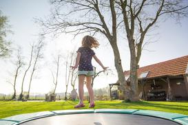 Czy trampolina dla dzieci jest bezpieczna? Poznaj wady i zalety trampoliny dla dzieci