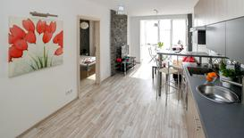 Płytki drewnopodobne czy panele podłogowe - co wybrać do salonu?