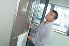 Jak wymierzyć drzwi przesuwne do szafy?