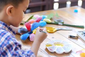 Czym pomalować plastik? Przedstawiamy najlepsze farby do tworzyw sztucznych