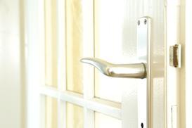 Klamki do drzwi w domu – rodzaje okuć drzwiowych