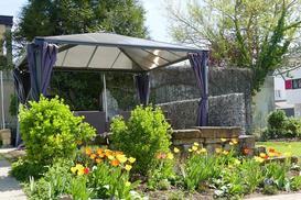 Czy warto kupić poliwęglanową altanę ogrodową? Sprawdź właściwości i zastosowanie altan ogrodowych z poliwęglanu