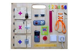 Jak zrobić tablicę manipulacyjną dla dziecka? Oto 5 zabawek, które muszą się na niej znaleźć