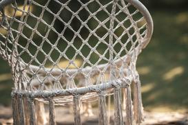 Strefa wypoczynku w Twoim ogrodzie - czy warto w niej mieć wiszące fotele?