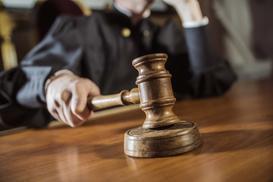 Czym jest wyrok zaoczny i kiedy się go stosuje? Wyjaśniamy krok po kroku