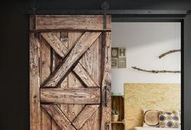 Drzwi przesuwne — dlaczego warto wybrać to rozwiązanie?