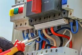 Znaczenie kolorów kabli elektrycznych - co oznaczają kolory przewodów w gniazdku, lampie, czy innych urządzeniach?