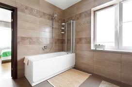 Wanna z prysznicem - aranżacje łazienek, ceny, montaż kabin na wannie