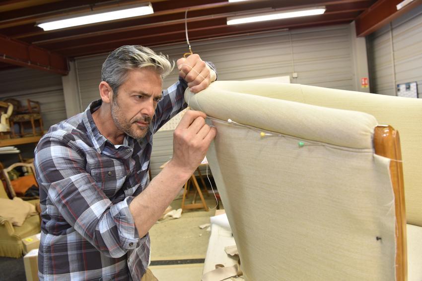 Orientacyjna cena uslugi tapicerowania narożnika. Koszt obejmuje usunięcie starej tapicerki oraz pokrycie mebla nowym materiałem.