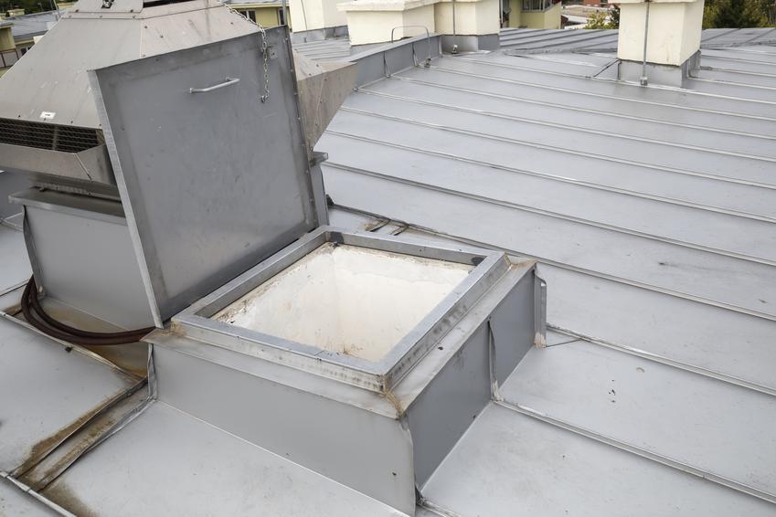 Koszt montażu okna połaciowego lub wyłazu dachowego. Normalny stopień skomplikowania prac.