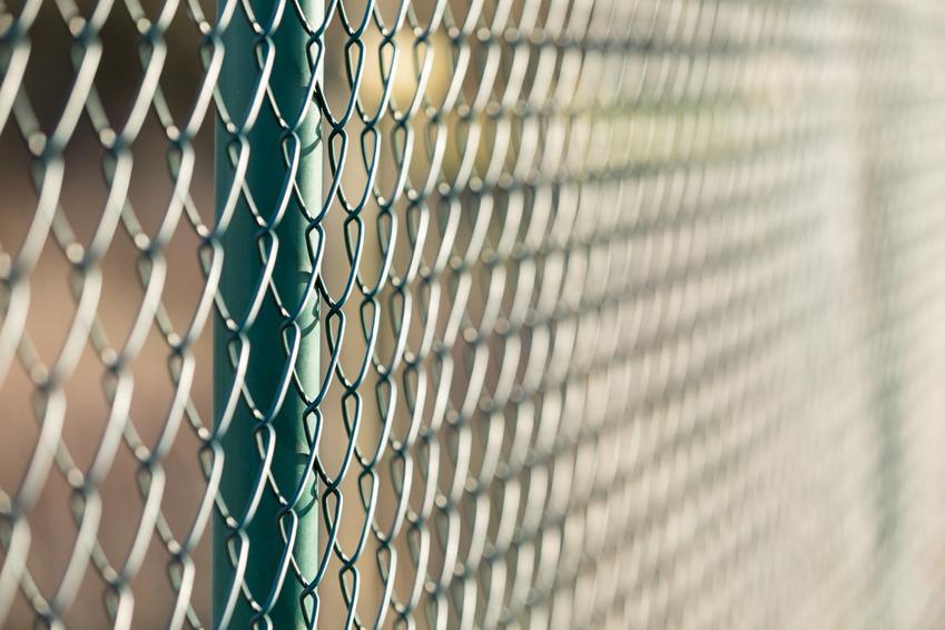 Uśredniony koszt montażu ogrodzenia z siatki. Siatka wysokości 150 cm, brak podmurówki.