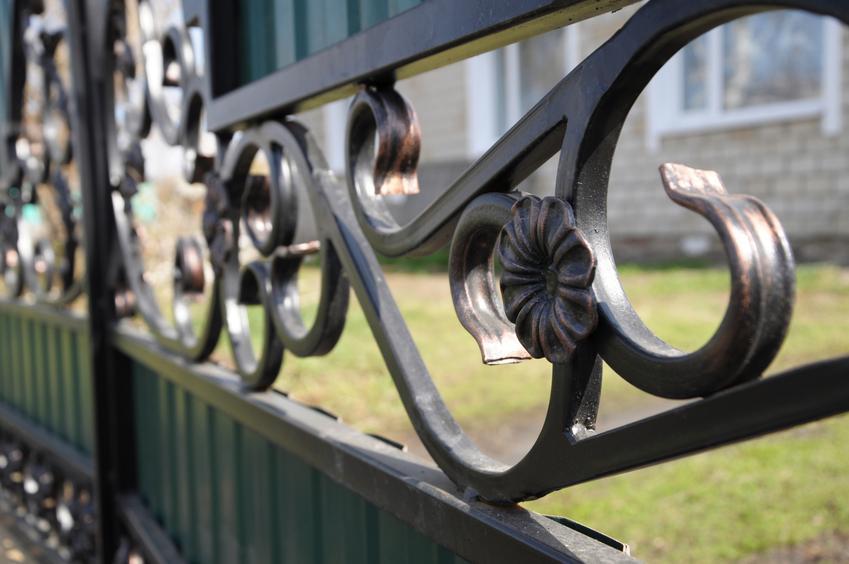 Uśredniony koszt montazu przęsła ogrodzeniowego kutego. W kosztach uwzględniamy także montaż  kompletnej podmurówki.
