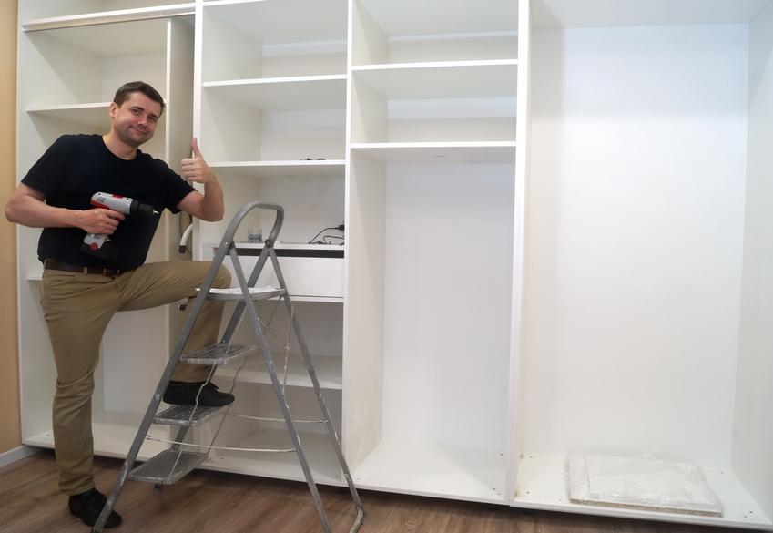 Orientacyjny koszt wykonania szafy na wymiar. Dwa skrzydła i dodatkowe lustro ozdobne. Normalny stopień skomplikowania prac.