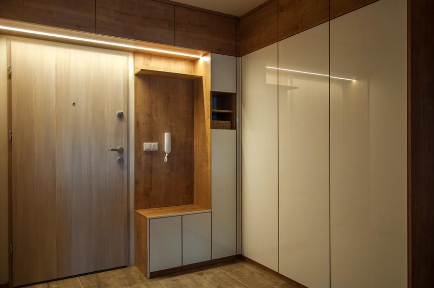 Cena wykonania szafy do zabudowy. Trzy skrzydła, dobrej jakości laminat.