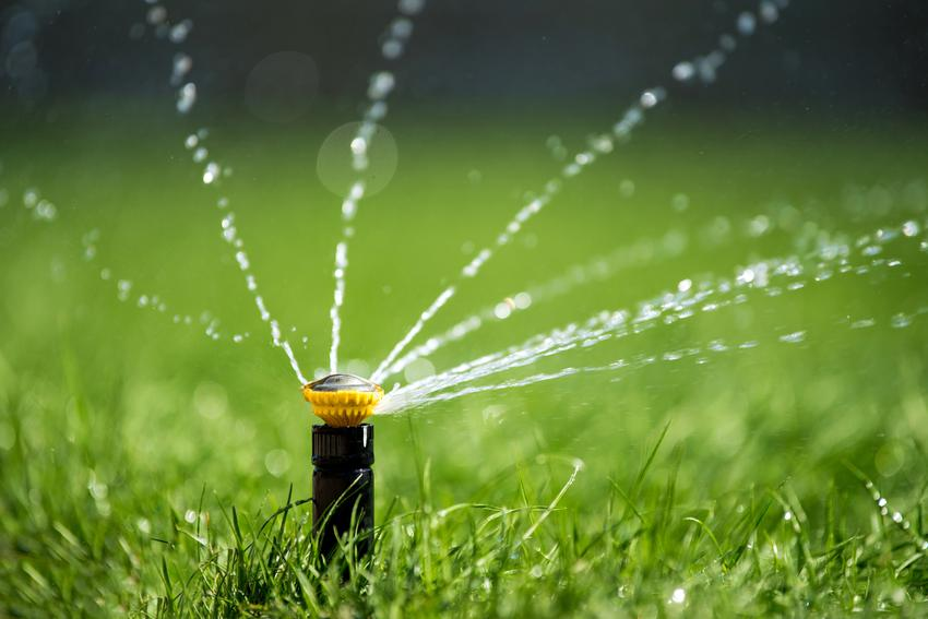 Koszt montażu systemów automatycznego nawadniania ogrodu. Normalny stopień skomplikowania prac.