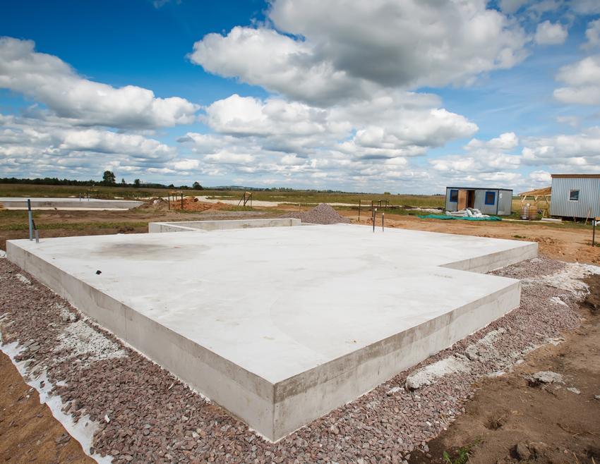 Uśredniony koszt wykonania płyty fundamentowej. Stabilne grunty, normalny stopień skomplikowania prac. Grubość płyty ok. 25 cm.