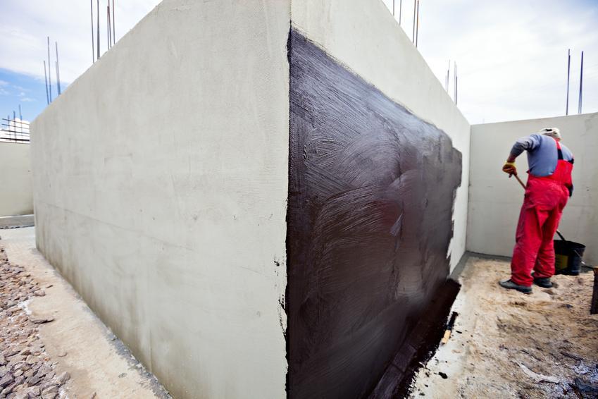 Uśredniony koszt wykonania ciężkiej hydroizolacji fundamnetów. Prace wykonane przy użyciu folii zgrzewalnej bądź samoprzylepnej.