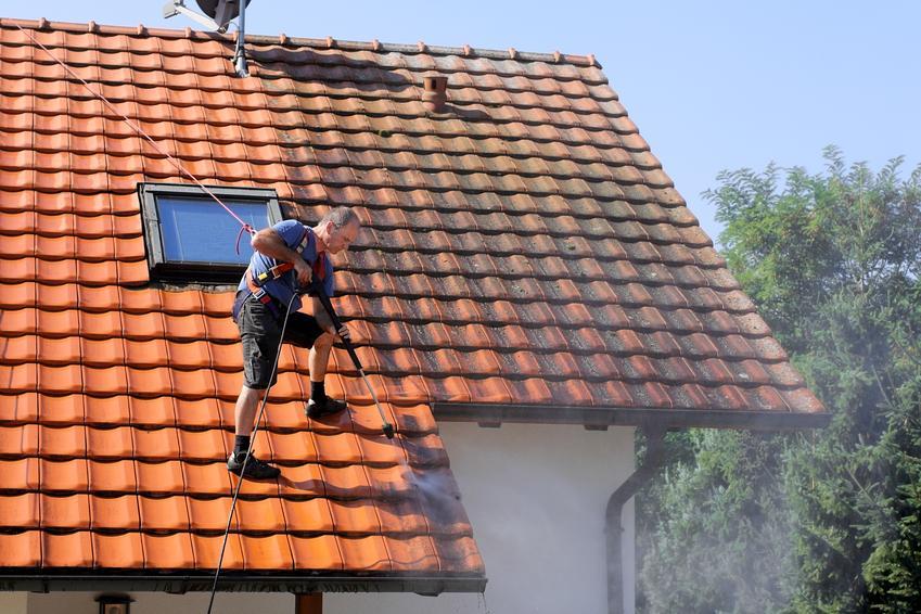 Uśredniony koszt czyszczenia dachówki ceramicznej. Normalny stopień skomplikowania prac. Zabrudzenia atmosferyczne i miejscowe zabrudzenia oleiste.
