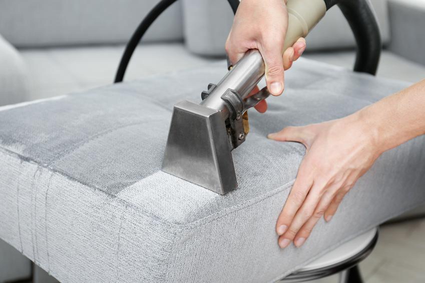 Średni koszt czyszczenia tapicerki meblowej w budynku klienta. Normalny stopień skomplikowania prac, niewielkie zabrudzenia.