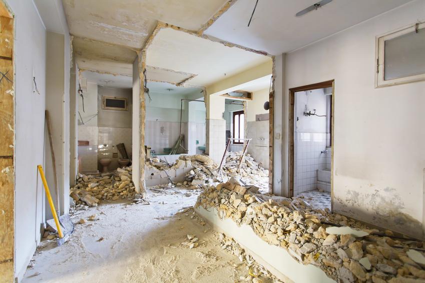 Uśredniona cena wyburzania ścian z cegły. Grubość do 20 cm, normalny stopień skomplikowania prac.