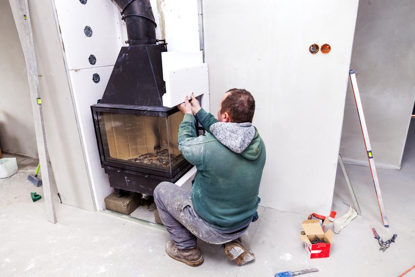 Podłączenie wkładu z płaszczem wodnym do przewodu kominowego. Normalny stopień skomplikowania prac.